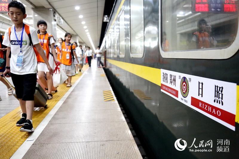 800名中小学生坐着火车去学习 河南首趟研学旅行专列开行