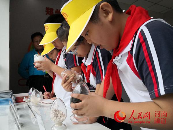 开学第一课:郑州万名小学生接受禁毒教育