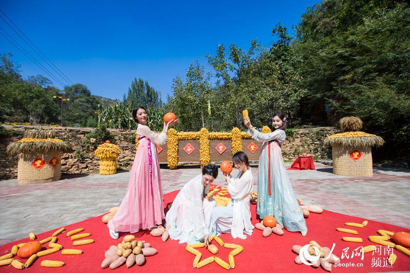 庆丰收 河南农民用辣椒玉米摆巨幅国旗献礼祖国