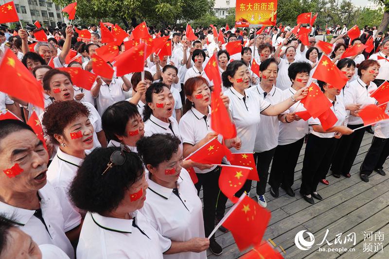 河南郑州:万人齐聚商城遗址老城墙,唱响《我和我的祖国》
