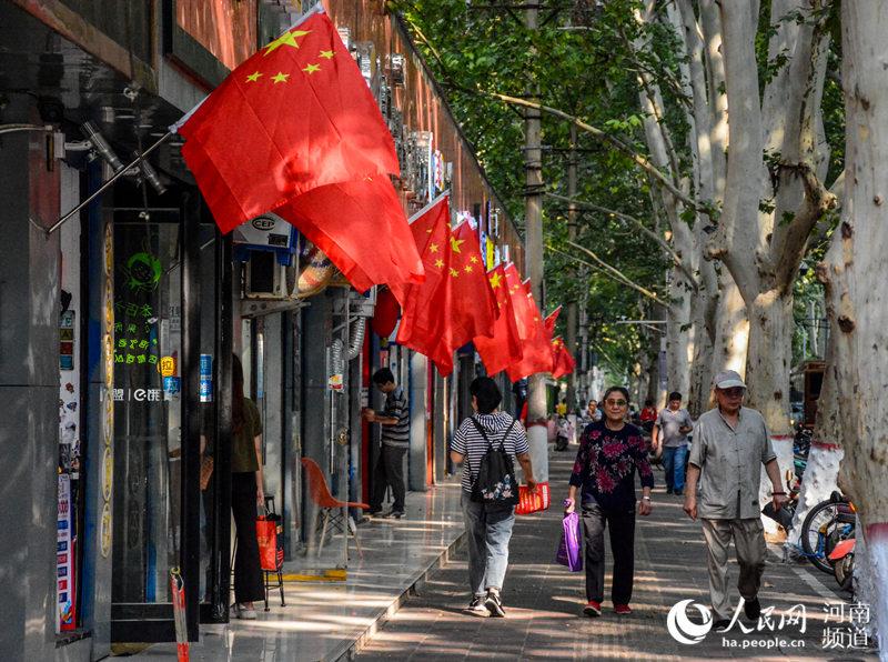 郑州节日气氛浓:国旗飘飘迎国庆 群众欢喜靓街头