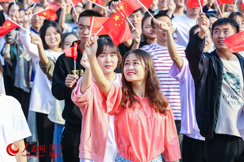 河南郑州:争当护旗手 传递正能量