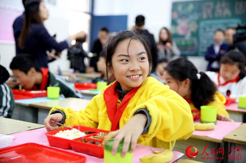 """解决""""午餐难"""" 郑州又有6所小学吃上营养午餐"""