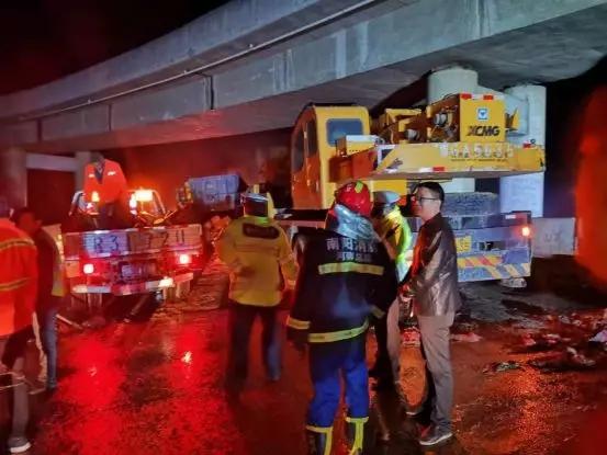 幸无人员伤亡!河南一货车侧翻起火爆炸 车内装有11吨鞭炮