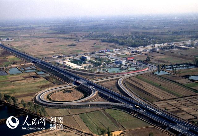 河南第一条高速是怎样修成的?在沙岗上趟出一条路