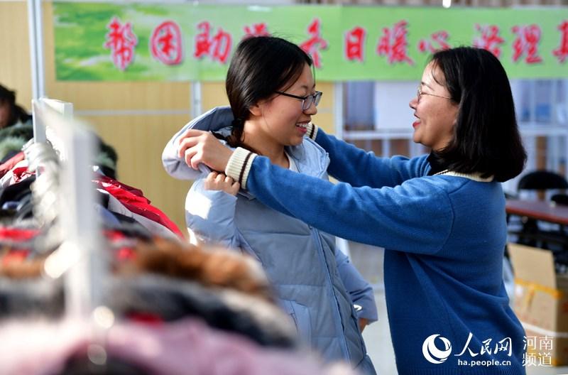 河南某高校免费给贫困家庭学生发棉衣,一发就是十年