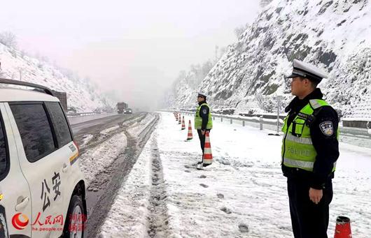 """河南首次降雪天气致交通受阻 """"铁公机""""积极保出行"""