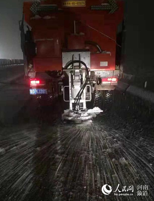 大雪来了!河南高速交警路政融雪除冰保畅通