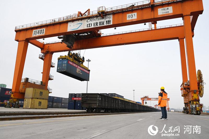 两手抓、两不误!郑州:年后首趟铁海快线班列首发
