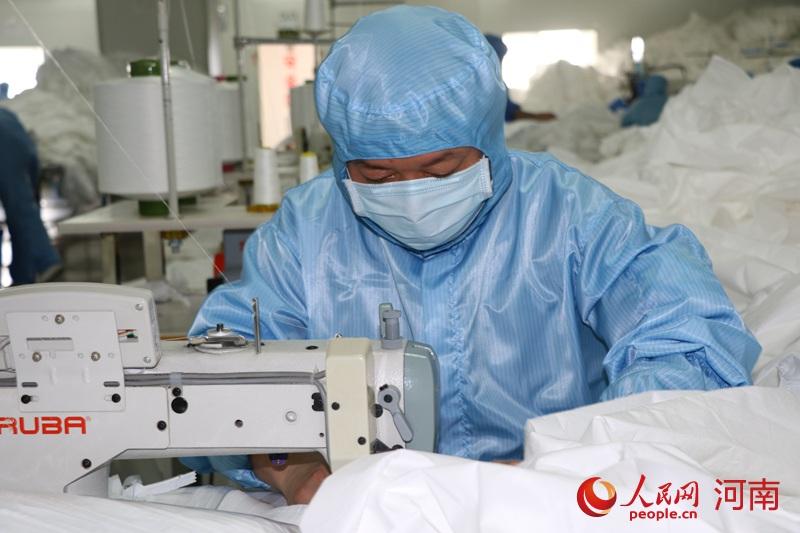 给力!日产防护服2.5万件 河南企业强力推进医疗物资生产