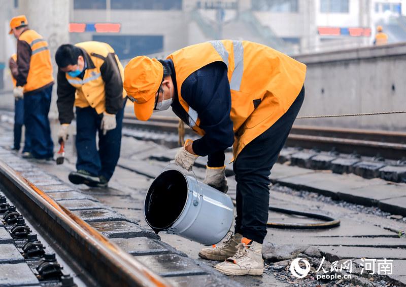郑州火车站:冒雨保畅助复工