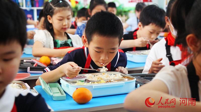 河南郑州:让孩子们吃上放心午餐