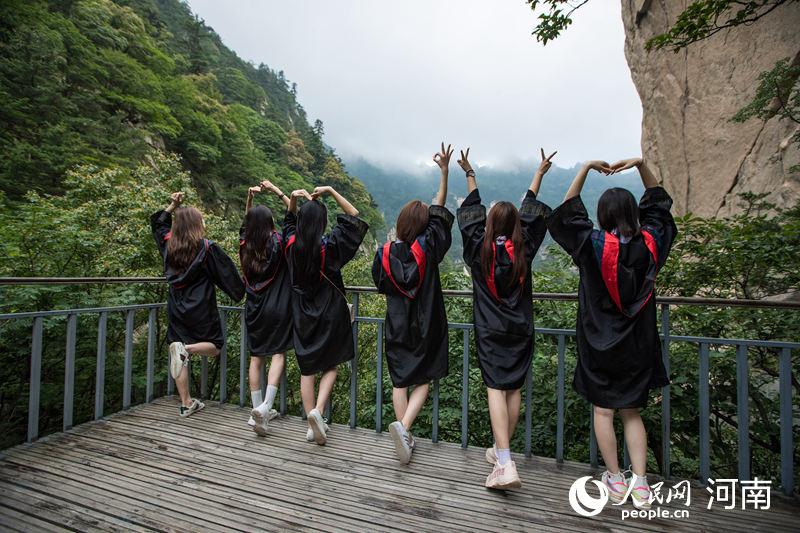 """大学生拍""""云上""""毕业照 碧水青山定格青春"""