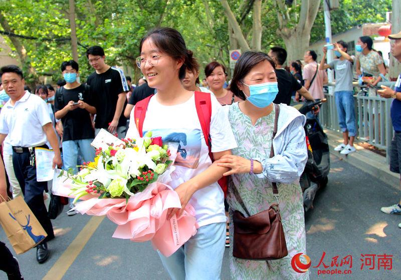 高考进行时丨第一场语文考试结束 家长送花接孩子