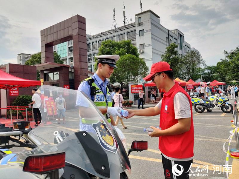 点赞!从10人到1300人 郑州爱心助考团队10年扩散40地市