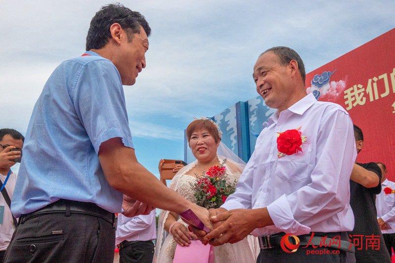 河南:19对贫困户举办集体婚礼 携手奔小康