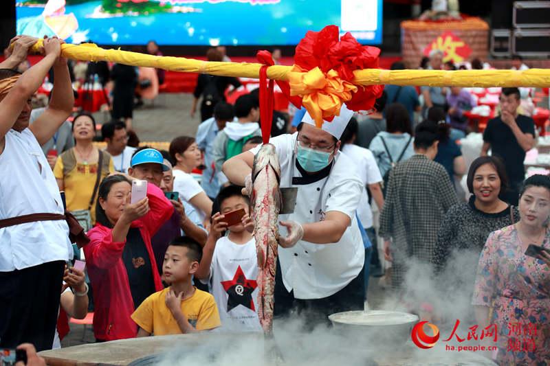 """河南淅川: 丰收节里共飨""""全鱼宴"""""""