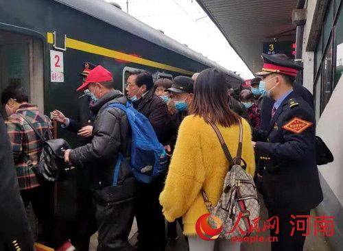 焦作境内高速全线封闭!火车接力汽车 百余名老人安全出发