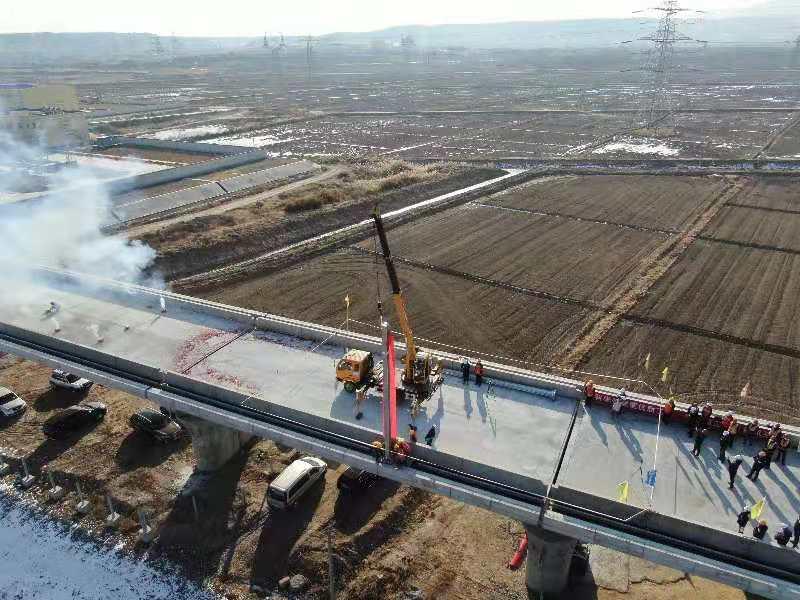 中兰铁路宁夏段接触网第一杆成功组立