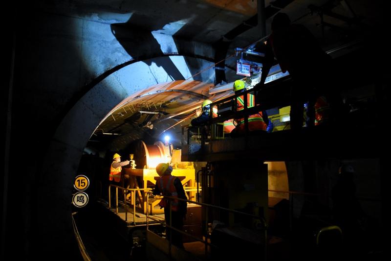 洛阳地铁2号线首条接触网导线架设成功
