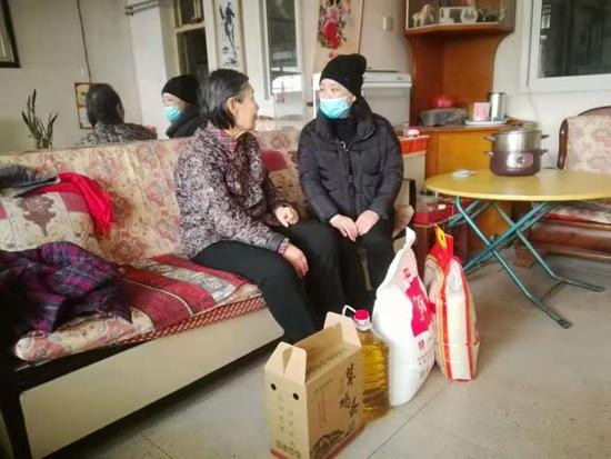 郑州经八路街道开展双节期间计划生育特殊家庭帮扶活动