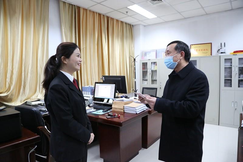 河南省法院专职审委会委员庞景玉到洛阳法院走访慰问