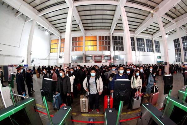 """河南邓州:春运客流不见""""峰"""" 出行更从容"""
