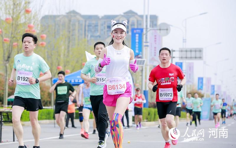 2021鹤壁马拉松赛激情开赛 万余名选手畅跑鹤城