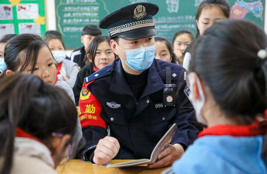 民警将国家安全与身边小事联系起来,使同学们更能理解国家安全与每个人都息息相关。陈国军摄
