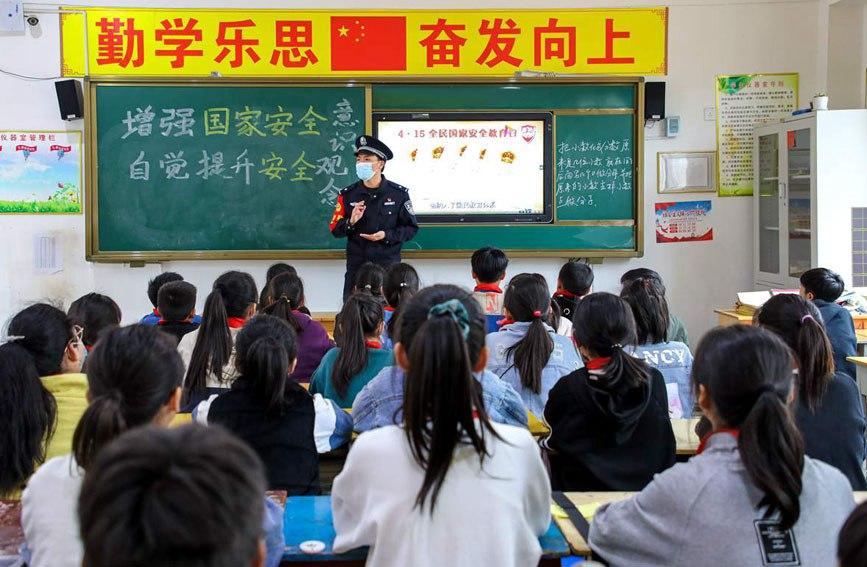 在水寨中心小学,民警向同学们宣传讲解维护国家安全的重要性。陈国军摄