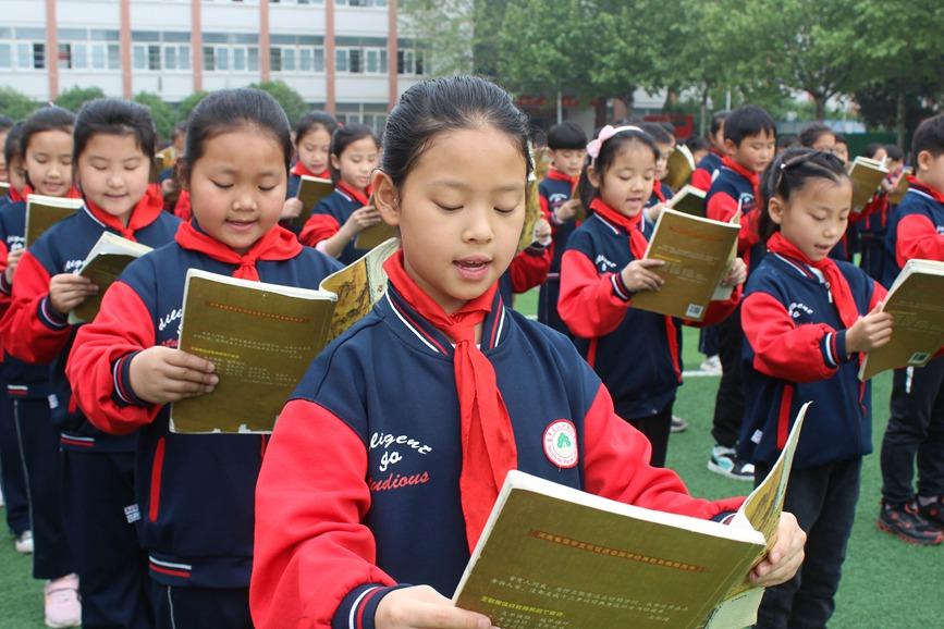 4月22日,河南省平顶山市宝丰县山河路小学学生在诵读国学经典《论语》。何五昌摄