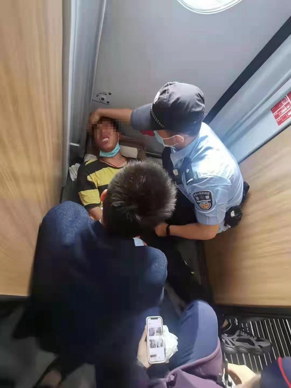 一男子列车上突发癫痫 危急时刻警民合力救助