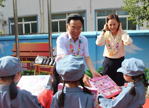 """郑州经开区""""六一""""节前慰问辖区少年儿童"""
