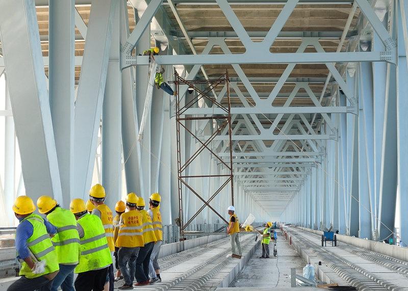 郑济铁路郑州黄河特大桥钢桁梁段开始接触网上部安装
