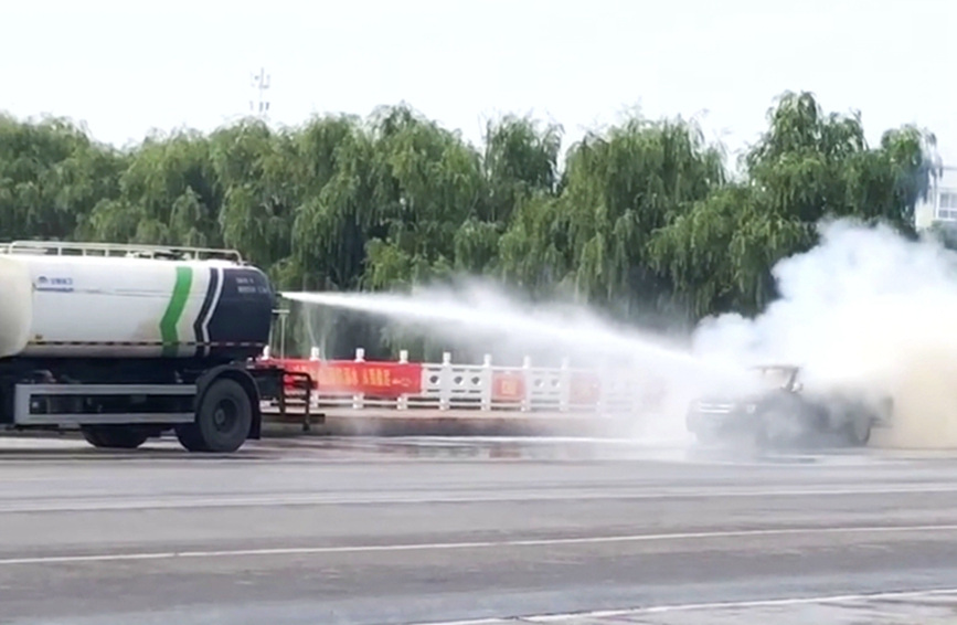 """鲁山县:皮卡车自燃 城管洒水车秒变""""消防车"""""""
