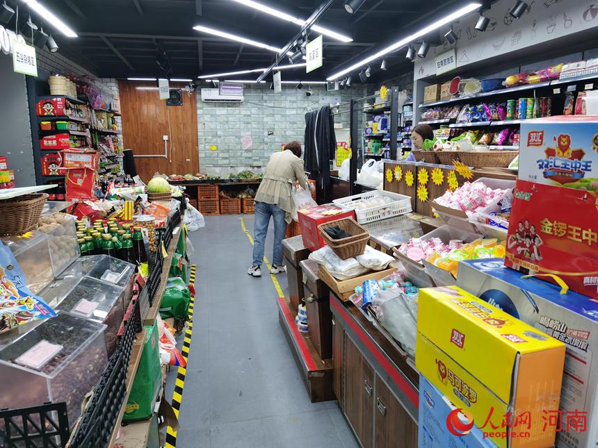 赵巧云在店内忙碌。人民网 张毅力摄