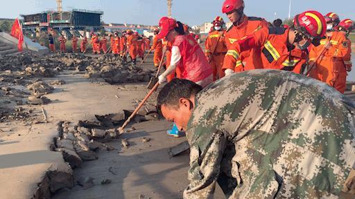 河南新郑:三千志愿者洧水公园清淤