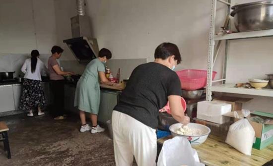 暖心又暖胃 郏县群众自发为防汛人员送600斤热烙馍