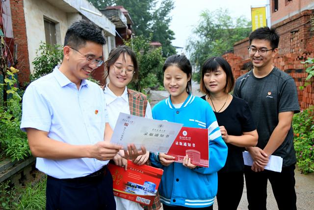河南汝阳:驻村第一书记心系红里村大学生