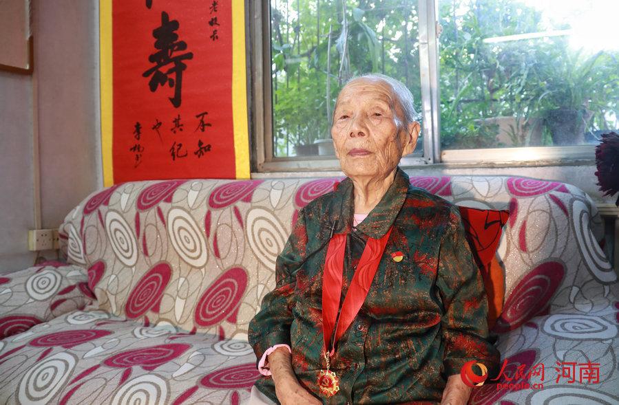 河南101岁老教师朱美琳:3代18人坚守教育事业