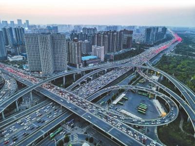 地铁开通+尾号限行 郑州早晚高峰终于不堵了